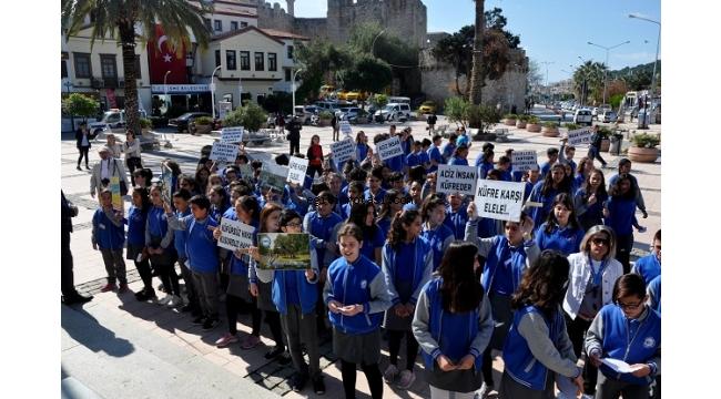 Çeşmeli öğrenciler küfür ve argoya karşı yürüdü