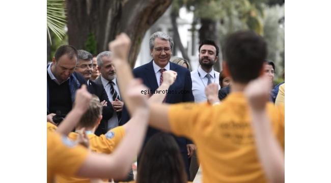 Türkiye kupasını Rektör Budak'a sundu