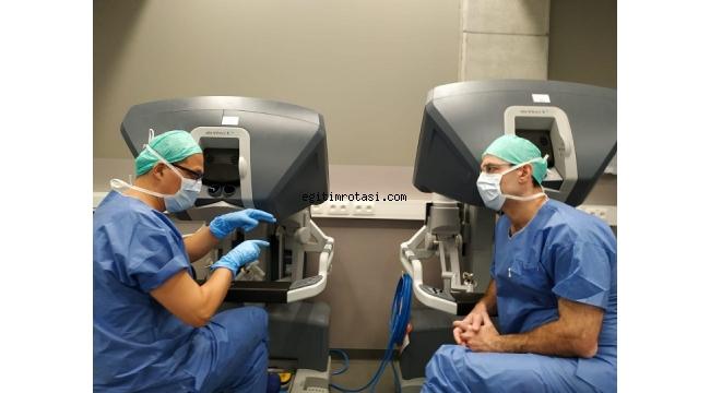 Prof. Dr. Makay, dünyadaki cerrahlara ders veriyor