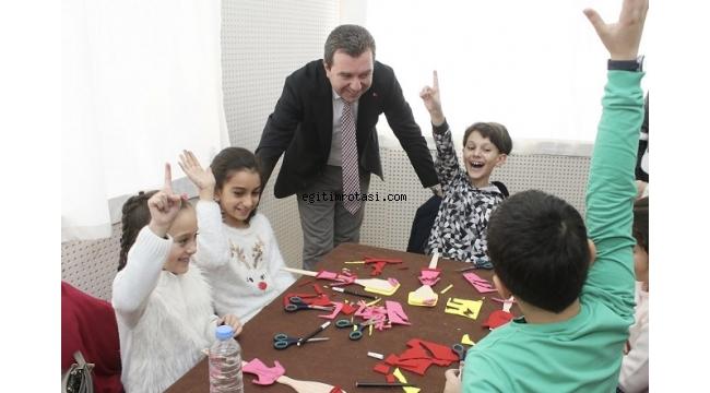 Çocuklar kaşıktan kukla yaptı, gönüllerince eğlendi