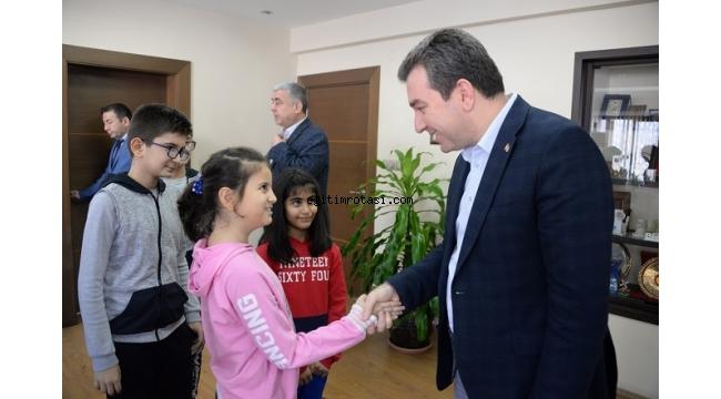 Taekwondo sporcuları Başkan Koştu ile sevinç paylaştı