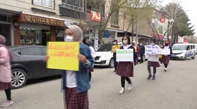 Öğrenciler Covid-19'a dikkat çekmek için yürüdü