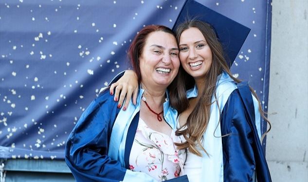 Anne ile kızı aynı üniversiteden mezun oldu