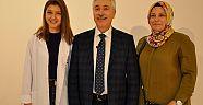 Kızının önlüğünü Prof. Dr. Cüneyt Hoşcoşkun giydirdi