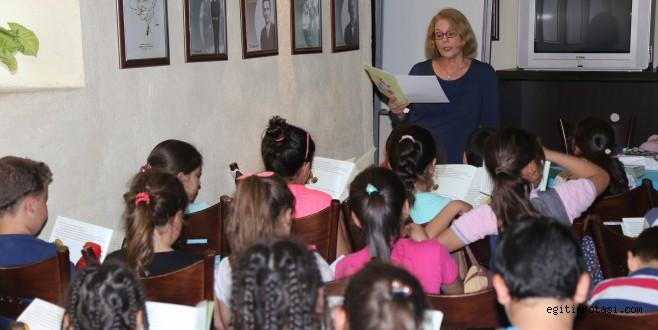 Yazar Gülmez Karabağlar'da çocuklarla buluştu